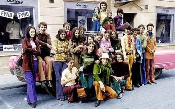 O jovem Osama Bin Laden com sua família na Suécia durante os anos 1970. Bin Laden é o segundo a partir da direita com camisa verde e calça azul.