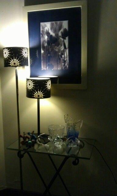 love the black lamp shades...