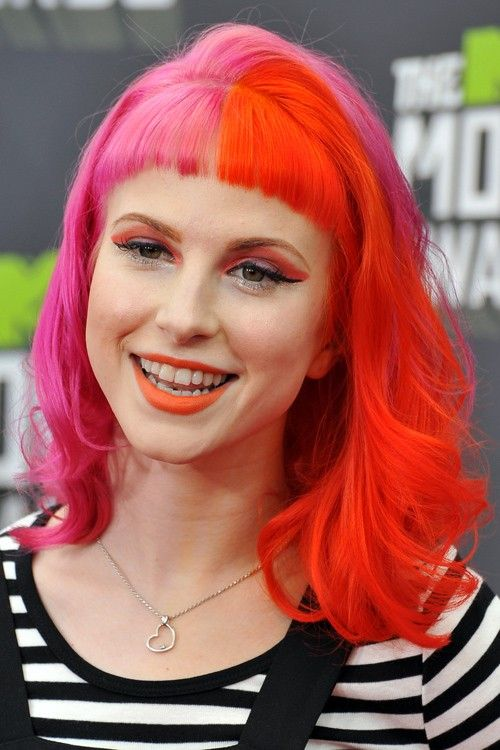Hayley Williams Wavy Orange Pink Baby Bangs Split Color Two Tone Uneven Color Hairstyle Steal Her Style Pink And Orange Hair Bright Hair Hair Color Pink