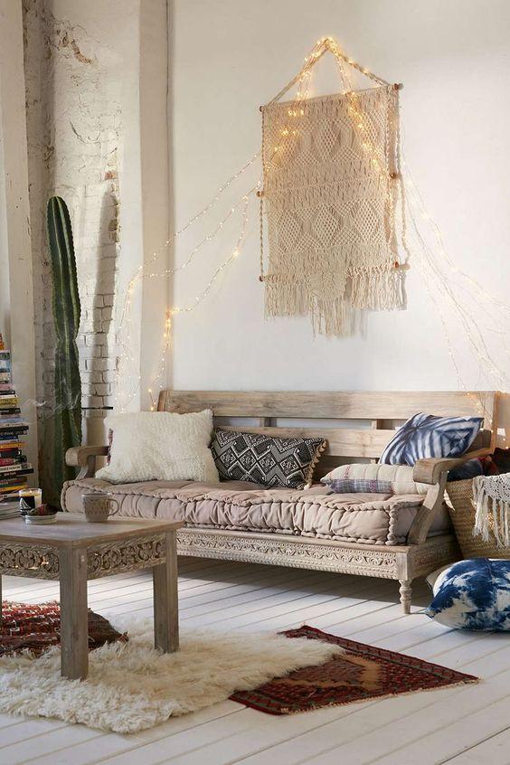 Une décoration murale en macramé, un grand cactus, une banquette en bois ouvragée et vintage, des coussins et tapis à motifs dépareillés : voici une décoration bohême très dans l'air du temps !: