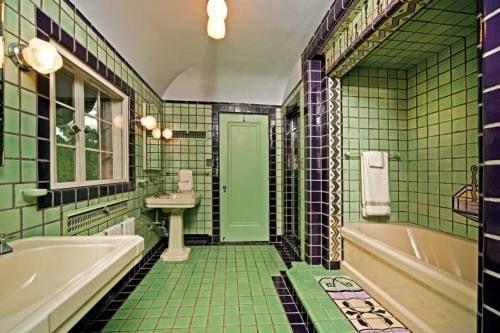 Cgmfindings 1920s Art Deco Bathroomflint Michigan Art Deco Art Deco Bathroom Art Deco Bathroom Tile Interior Deco