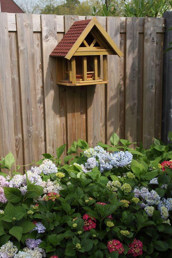 Vogelvoederhuisje en tuinhortensia's. Birdfeeder and Hydrangea's.