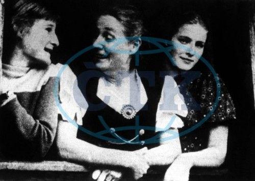 fightforurself:  Lina Heydrich with daughters Marte and Silke. 1962.