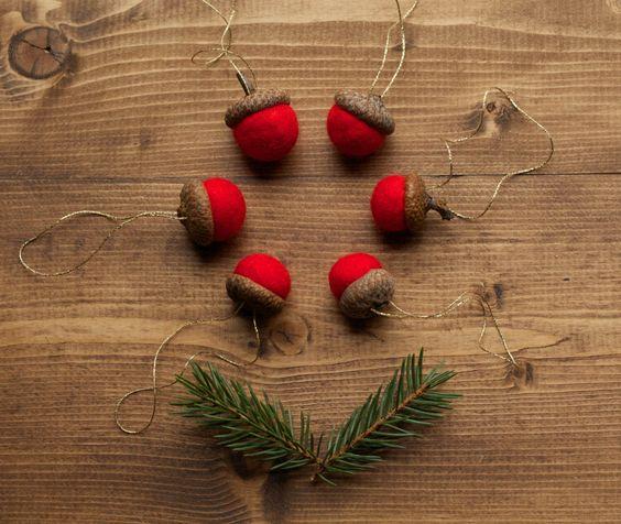 Acorn feltrata ornamenti in rosso, Natale, vacanza regalo cravatta, autunno inverno, Hostess regalo, decorazione naturale, matrimoni, bomboniere rustiche, Party di GreyFoxFelting su Etsy https://www.etsy.com/it/listing/202608305/acorn-feltrata-ornamenti-in-rosso-natale