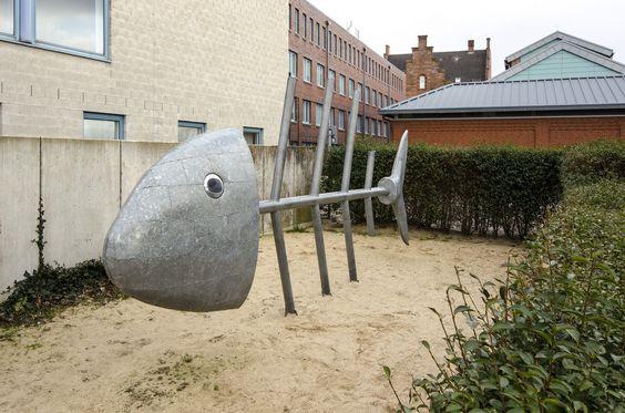 #Husum Die bespielbare Skulptur mit 5,40 MeterLänge und einer Höhe von etwa 2 Meterentstand 2003. Sie wird von Kindern gerne zum Klettern genutzt. Die Augen sind drehbar gelagert. Uwe Grippstudierte Bi...