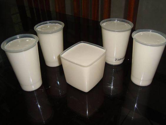 Requeijão Caseiro de Liquidificador 500 ml de leite 3 colheres (sopa) de amido de milho 1/2 colher (sopa) de sal 2 colheres (sopa) de manteiga 1 caixinha de creme de leite 250 g de ricota Leve ao fogo o leite já com o amido dissolvido e o sal, mexa até engrossar. Retire do fogo misture a mantei ga, o creme de leite e a ricota. Em seguida bata tudo no liquidificador, colo que em potes e leve à geladeira. Pode ser congelado. Rende 5 copos grandes