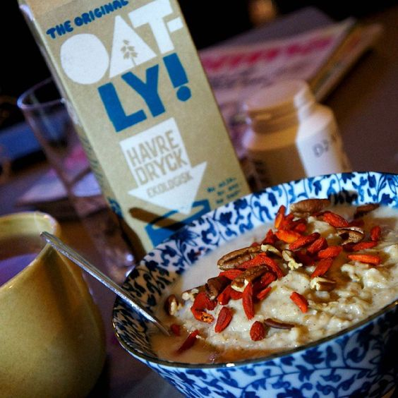 Some absolutley awesome oats for breakfast today.  AppleCinnamonoats ➡1 cup oats, 2 cups water, some cinnamon and clove, 1 grated apple, 1 egg and some ghee.  - and some organic oatmilk from @oatlyab #breakfast #oatly #oatmilk #healthy #cleanfood #healthybreakfast #cleaneating #preworkout #foodpicture #foodshare #foodporn #ilovebreakfast #oatmeal #strongforlife #Padgram