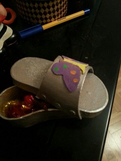 Caja en forma de zapato realizada con cartón y pintura plateada y sirve para guardar por final de curso