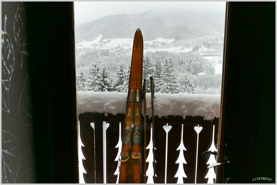 Fenêtre hivernale - Winter Windows - Skis vintage -  Photo : Thierry LTH - Vercors - France -