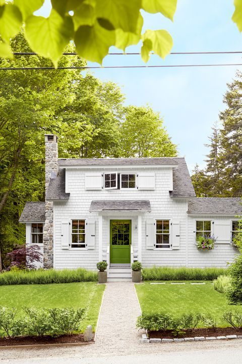 This Tiny Maine Cottage Is The Epitome Of New England Charm Small Cottage Homes New England Cottage Cottage House Exterior