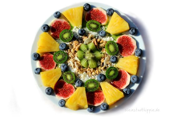 Grüner Smoothie Bowl ist reich an Vital- und Nährstoffen und eine absolut wertvolle Rohkostmahlzeit. Ein super gesundes und herrlich schmeckendes Frühstück, dass nicht schwer im Magen liegt, sondern unsere Leistungsfähigkeit unterstützt. Es ist frisch, leicht und steigert Vitalität und Wohlbefinden.
