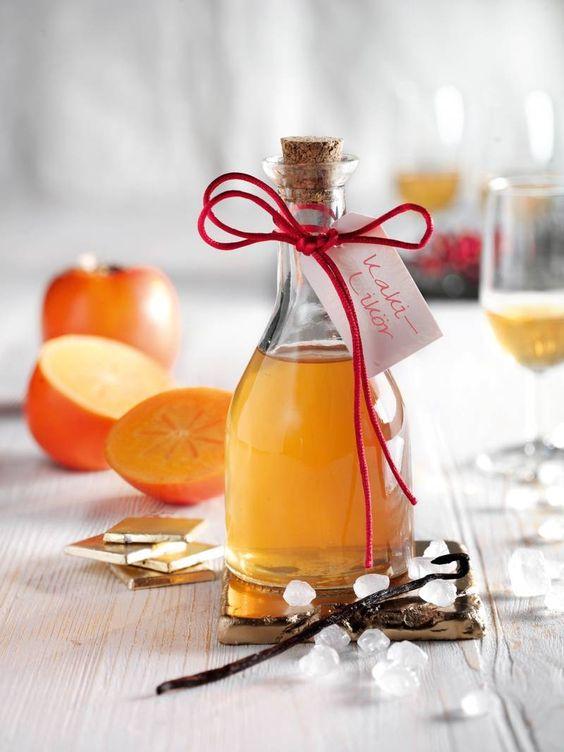 Likör aus frischen Kakis und Birnengeist. Toll zur Verfeinerung von Cocktails! #Likör #Kaki #Cocktail #Rezept