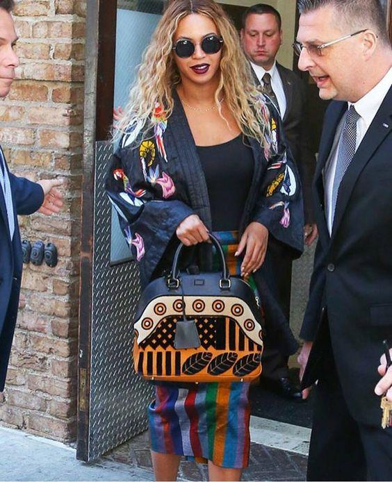 La jeune et talentueuse styliste sénégalaise Selly Raby Kane plus connu sous le nom de SERAKA vient de passer dans une autre dimension! En effet, la créatrice la plus délurée du pays a charmé l'icône de la musique internationale Beyoncé avec une de ses dernières perles :«le kimono «waxé»!