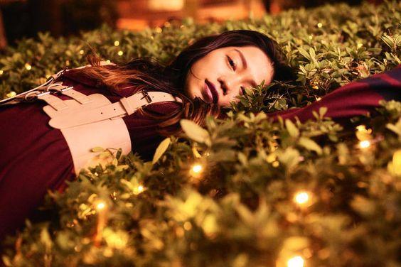草の上に寝ころぶ田野優花