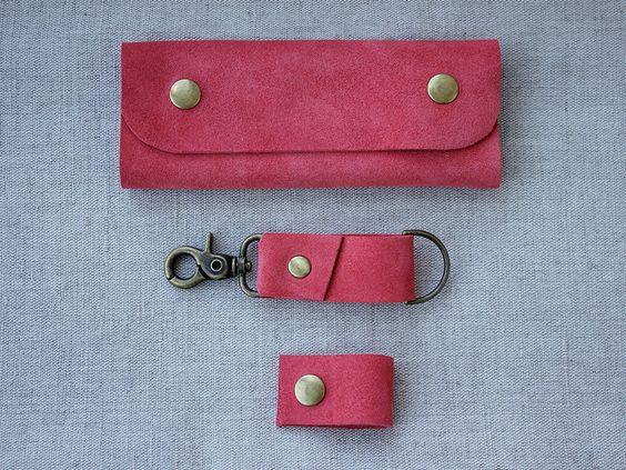 Leder Schlüssel Halter Keychain Kopfhörer wickeln - Set 3 - Leder Key Case Leder Cord Veranstalter Damen Geschenk Coral Pink Leder zum Muttertag von LovekaHandmade auf Etsy https://www.etsy.com/de/listing/286081095/leder-schlussel-halter-keychain