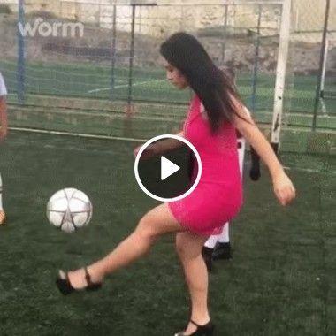 Mulher dominando o futebol sem descer do salto