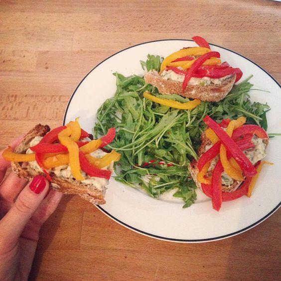 Brushettas à l'oriental : poivrons, houmous, pain - Par @charlinedlfr, une étudiante toute créative !