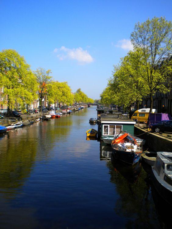 Canal em um dos bairros de Amsterdam
