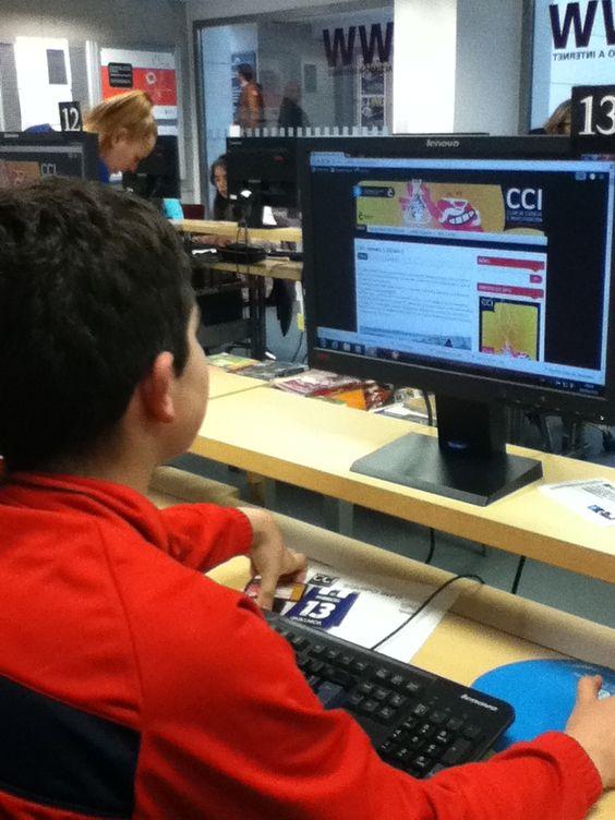 Fernando, CCI da biblioteca Forum traballando na elaboracion da guia de lectura.