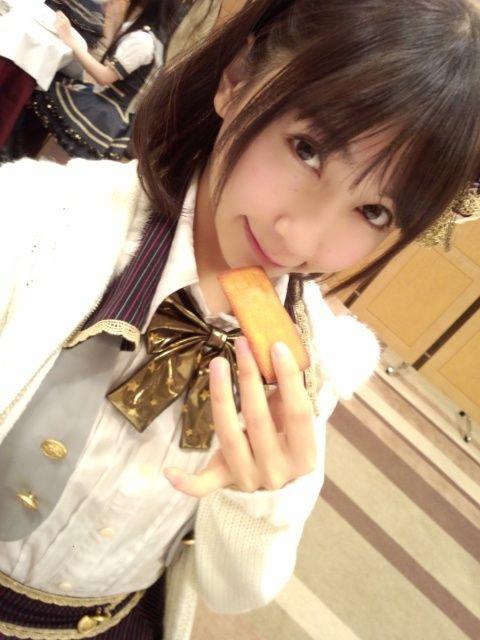 お菓子を食べる秦佐和子