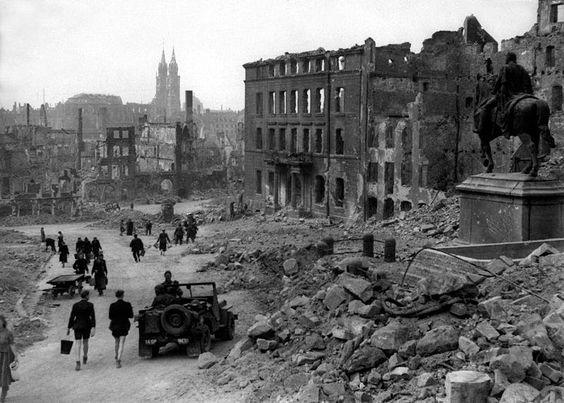 Jeudi 30 Mars 1944 : 843 bombardiers du Royal Air Force Bomber Command bombardent la ville de Nuremberg en Allemagne.  L'aller et le retour furent un cauchemar pour les équipages alliés harcelés par la Luftwaffe qui avait rassemblé tous ses chasseurs basés en Europe de l'Ouest. Photo d'illustration Nuremberg après les bombardements en 1945