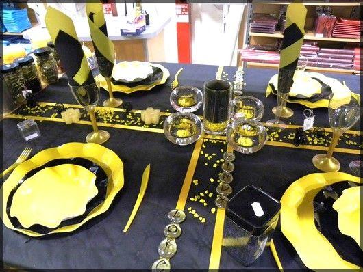 Table de Fête jaune et noir pour anniversaire ou réveillon. Découvrez toutes nos idées de décoration de table sur : http://www.boutique-jourdefete.com/blog/actualite-des-magasins/idees-de-decoration-de-table/