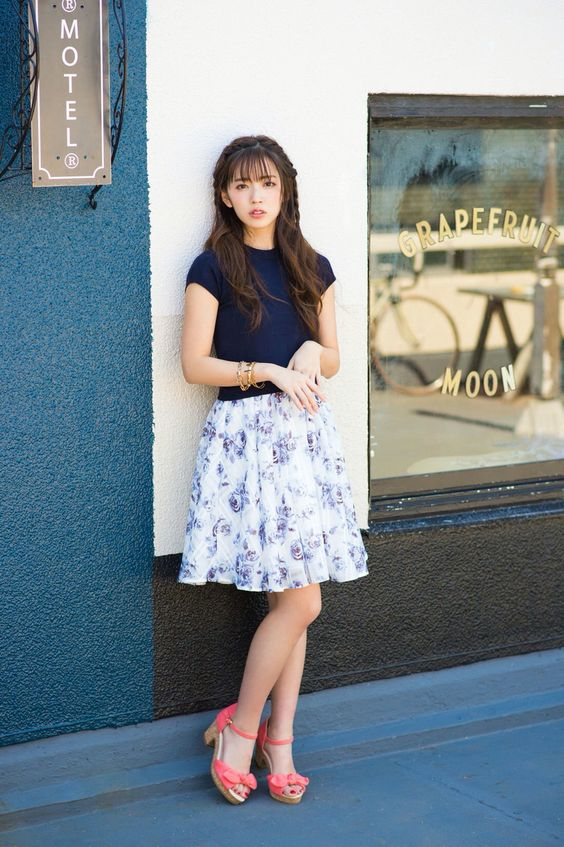 鈴木愛理花柄スカートで可愛いポーズ