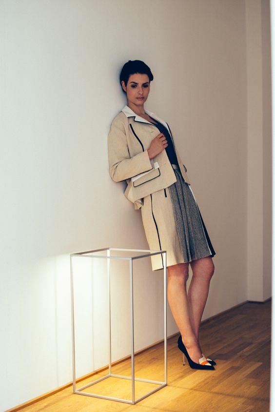 Materialmix-Faltenrock von @evin mit Schnittmustern in #sisterMAG23. Model: @phzanetti. Foto: Cris Santos.