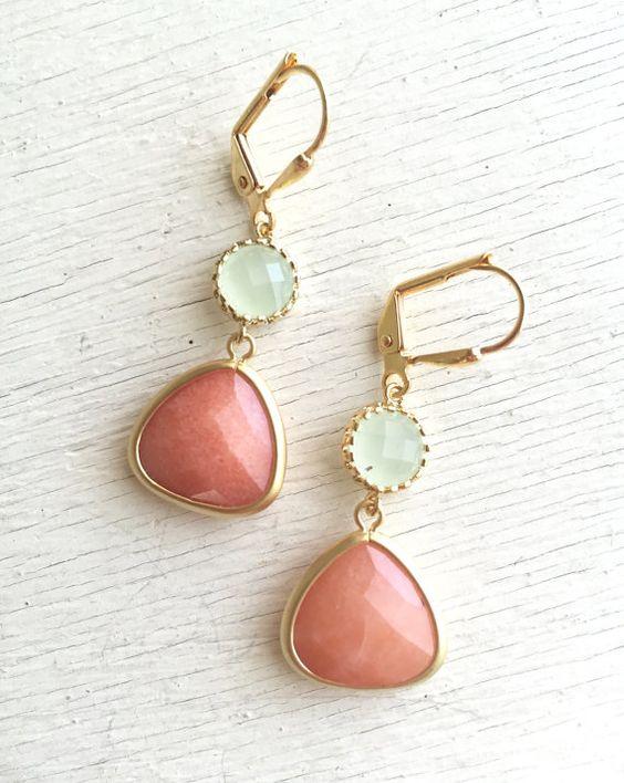 Cremige Orange und leichte Minze baumeln Ohrringe.  von RusticGem