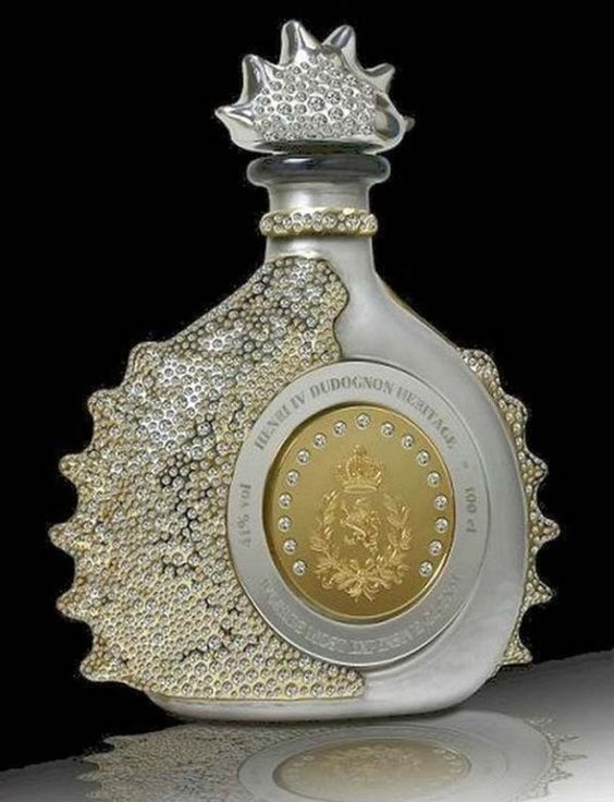 licor en botella de cristal