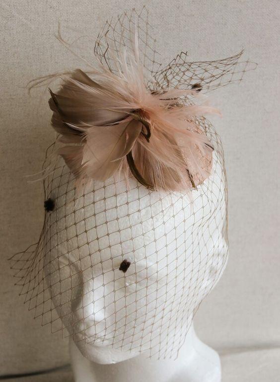 Tocado Burgos. En rosa pálido y beige.... una combinacion que siemore encaja!
