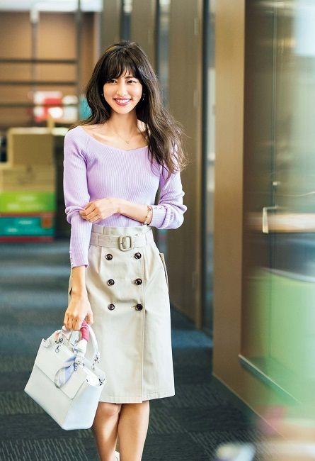紫のニットがよく似合う愛甲千笑美