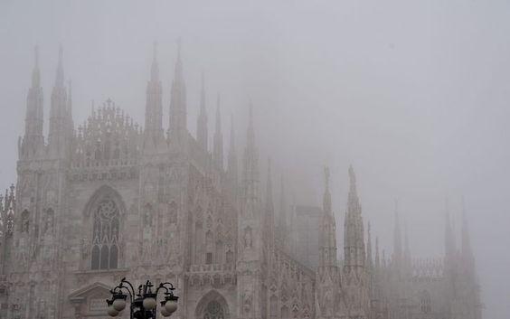 O Duomo de Milão coberto pela neblina