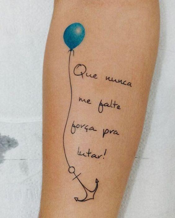 A frase para tatuar no ombro com outra letra