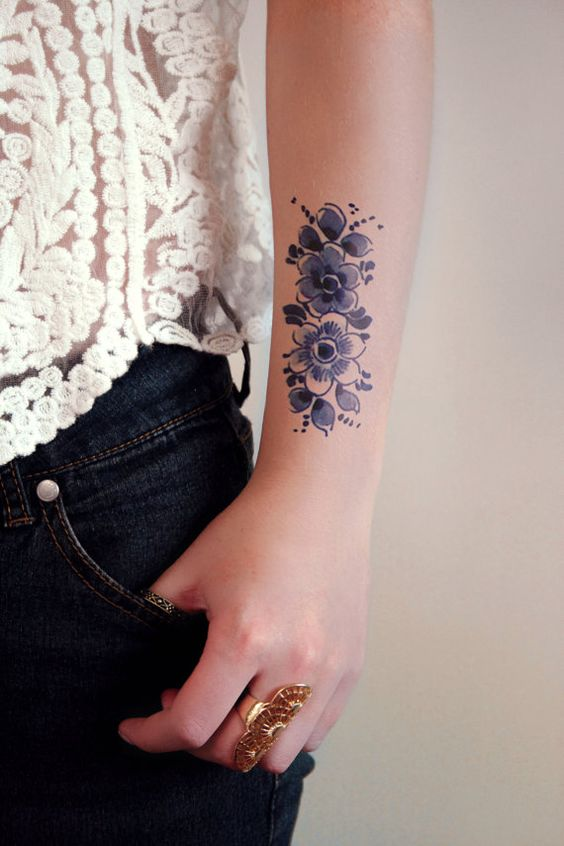 This pretty floral temporary tattoo is made in the Dutch Delfts Blauw style. I love these old Dutch designs. This temporary tattoo will look lovely on