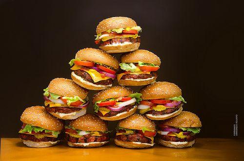 Torre de Babel / hamburguesas plásticas; Autor: Armando Aguayo Rivera; ArmandoH2O https://www.facebook.com/pages/ArmandoH2O/119102444841642