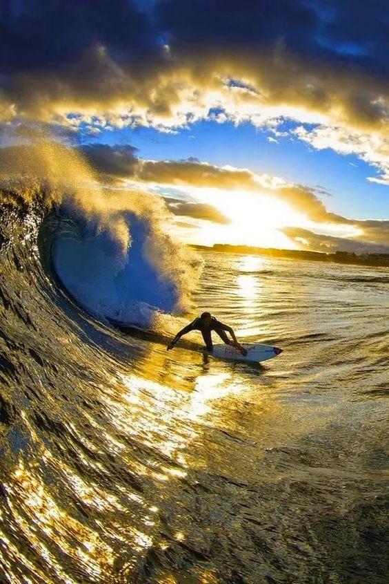 ハワイの海でサーフィン