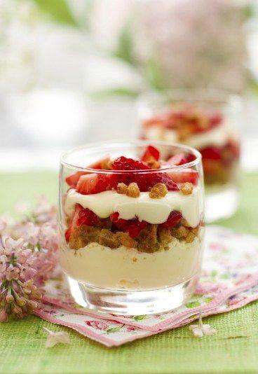 Verrines fraise mascarpone spéculoos.    Et plein d'autres idées de recettes à base de speculoos sur le site.