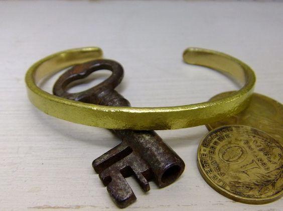 キレイめアンティーク調の真鍮バングル*銅合金である真鍮は長時間肌に密着しますと肌、バングル双方が黒ずむ場合がありますのでバングル内面にはK18レッドゴールドメ... ハンドメイド、手作り、手仕事品の通販・販売・購入ならCreema。