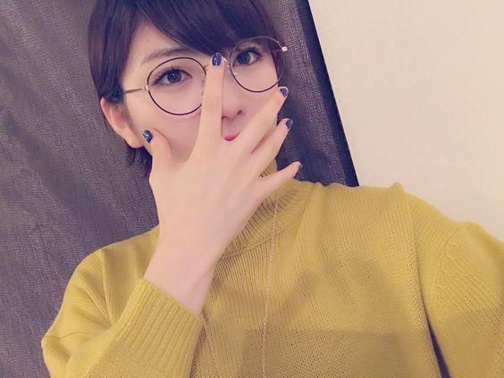 眼鏡をかけた岡田奈々
