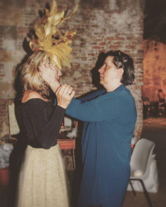 Una acconciatura di modisteria un po' pazza... con foglie dorate per il vestito @oxanafashion!!! Foto di Backstage.  #cappello #cappelli #hat #instalike #instafun #instalife #fashion #womenfashion #madeinitaly #livorno #madeinitaly #moda #modadonna #fascinator #artigianato #modisteria #modella #modelle #fashionphoto #accessori #stile #style #l4l #concorso #modella #modelle #bellezza #model #girl