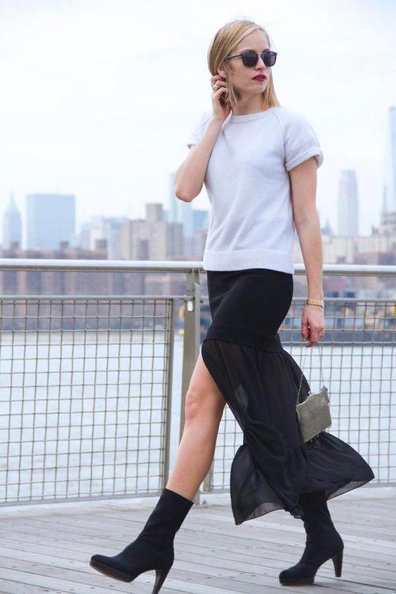 street style look camiseta branca, saia preta fluida e bota.