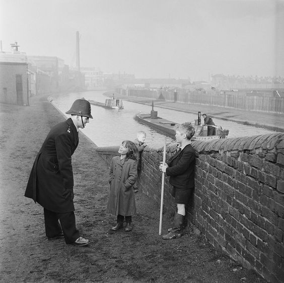 BERT HARDY (1913-1995) Fotógrafo inglés. A policeman talks to a group of children on a canal bridge in Birmingham, 1954. Original publication: Picture Post - 6979 - The Best And The Worst Of British Cities 4 - Birmingham - pub. 6th February 1954. (Photo by Bert Hardy/Picture Post/Hulton Archive/Getty Images)