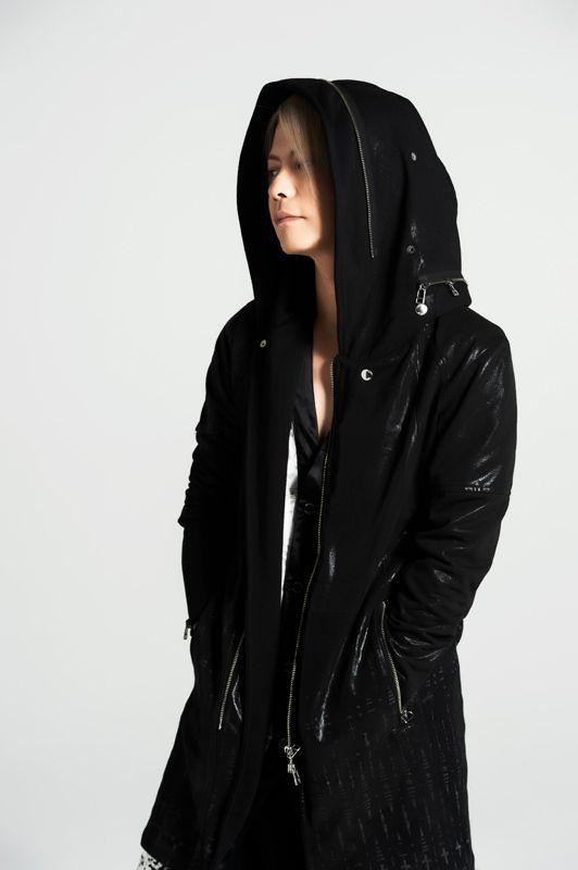 黒いロングコートのフードを被っているL'Arc〜en〜Ciel・hydeの画像