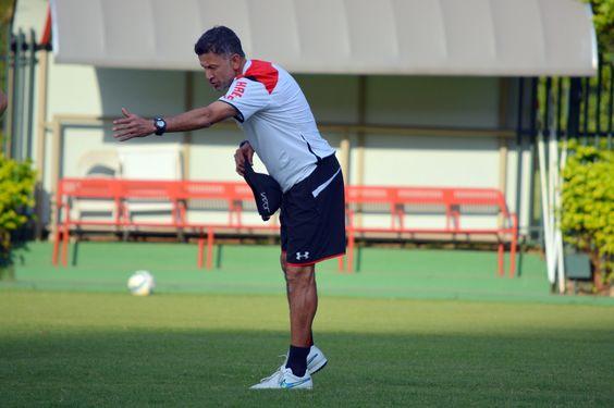 São Paulo disputa jogo-treino contra a Lusa, e Osorio observa quatro garotos #globoesporte