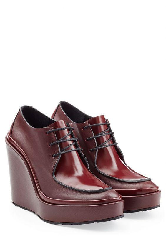 #Jil #Sander #Wedge #> #Ankle #Boots aus #Leder #> #Rot für #Damen - Trägt man am besten zu Skinny Jeans, Lederleggings oder einem Flared > Skirt  >  die eleganten Ankle Boots mit einem beqümen Wedge > Heel von Jil Sander  >  Bordeauxrotes Leder, ovale Zehenkappe, Schnürsenkel  >  Innen >  und Laufsohle aus Leder, Keilabsatz  >  Stylen wir mit Culottes und einem Rollkragenpullover