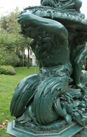 Le jardin Villemin. Vieux Triton. Paris 17e