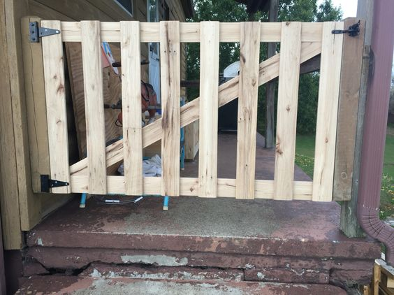 Gate made out of oak pallet boards.
