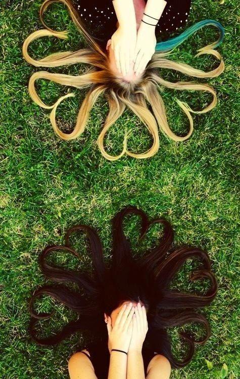 Con su cabello.   37 ideas fotográficas increíblemente divertidas con tu mejor amiga