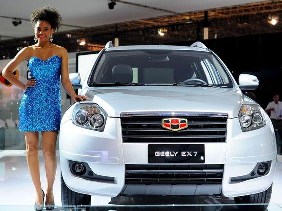 Modelo apresenta Geely EX 7 durante Salão do Automóvel de São Paulo (Foto: Alan Morici/G1)